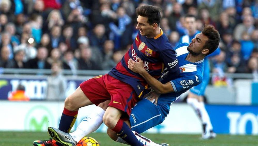 Joan Jordan intenta quitarle el balón a Leo Messi