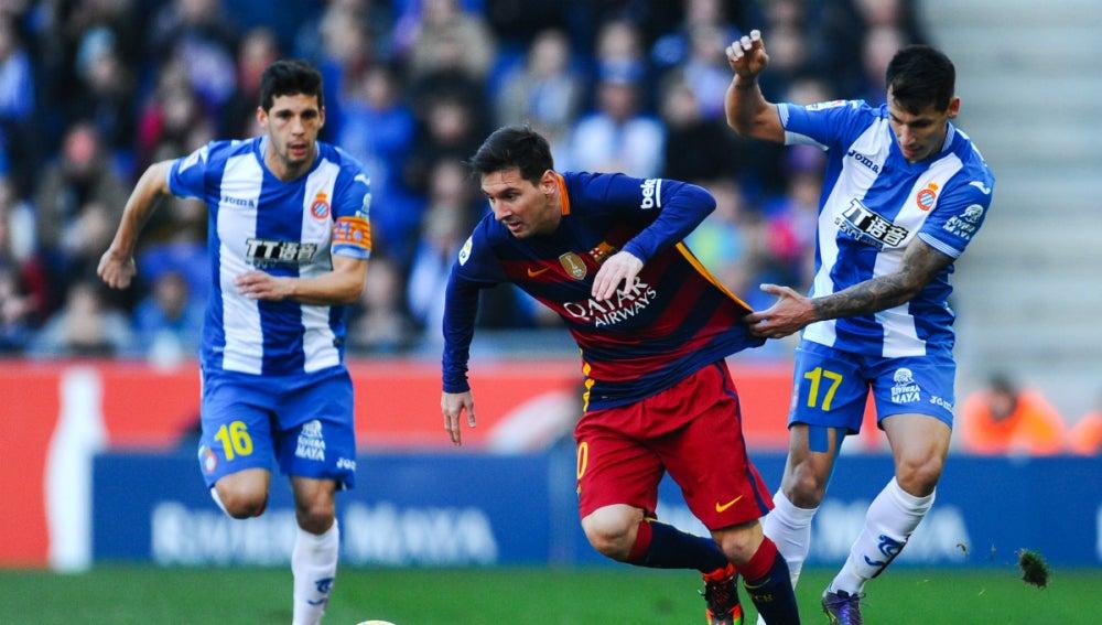 Leo Messi intenta progresar entre la defensa del Espanyol
