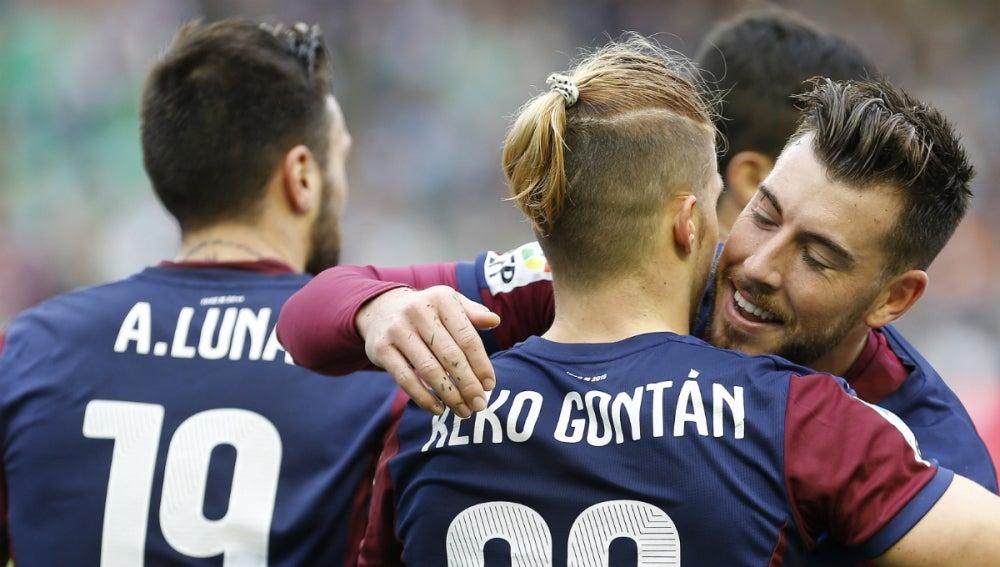 Los jugadores del Eibar celebran el gol de Keko