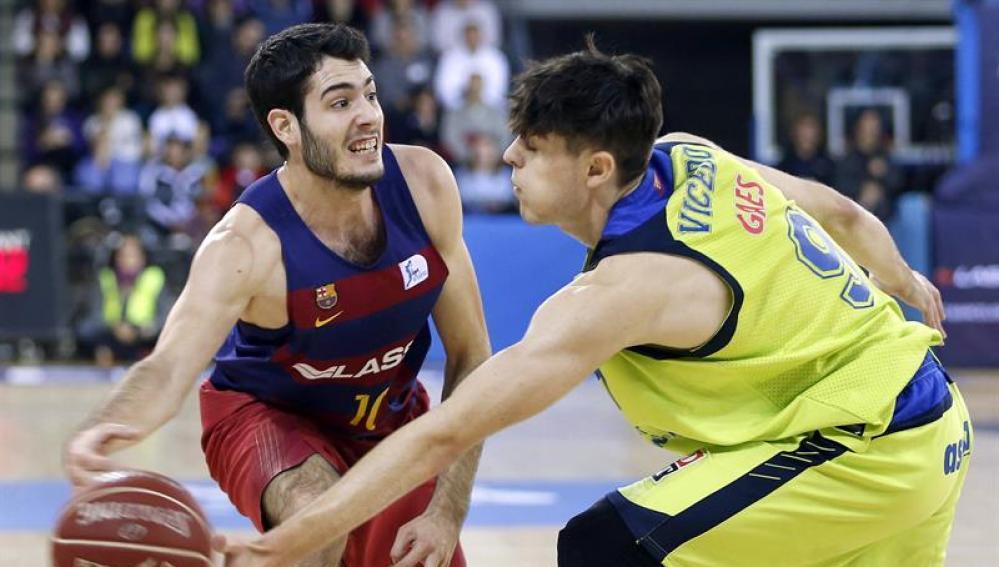 El alero del FC Barcelona Lassa Álex Abrines (i) con el balón ante el alero del Movistar Estudiantes Edgar Vicedo