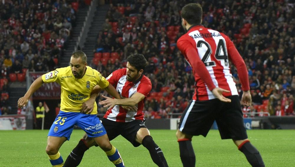 El Zhar y Raúl García disputan el balón