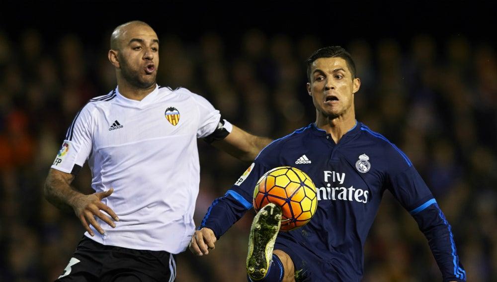 Cristiano Ronaldo controla el balón ante Abdennour