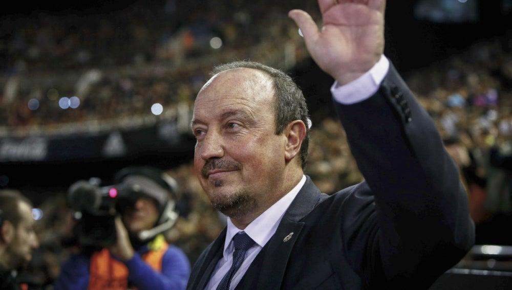 Rafa Benítez saluda a la afición de Mestalla antes del partido