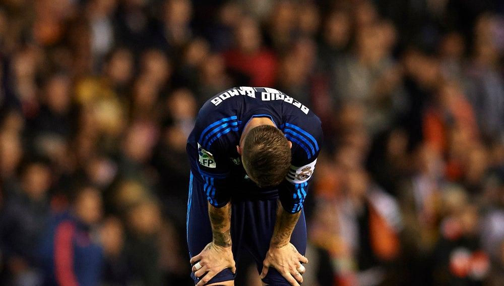 Sergio Ramos, abatido en el partido de Mestalla