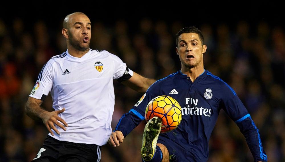 Cristiano Ronaldo pelea un balón con Abdennour