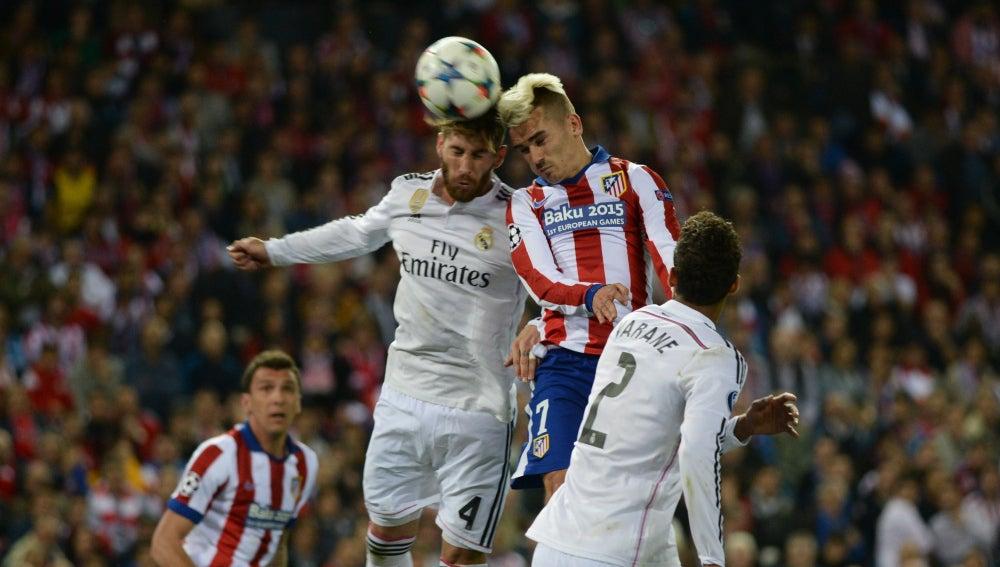 Ramos y Griezmann pelean un balón en el Calderón