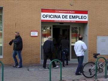 Un grupo de personas acceden a una oficina de empleo
