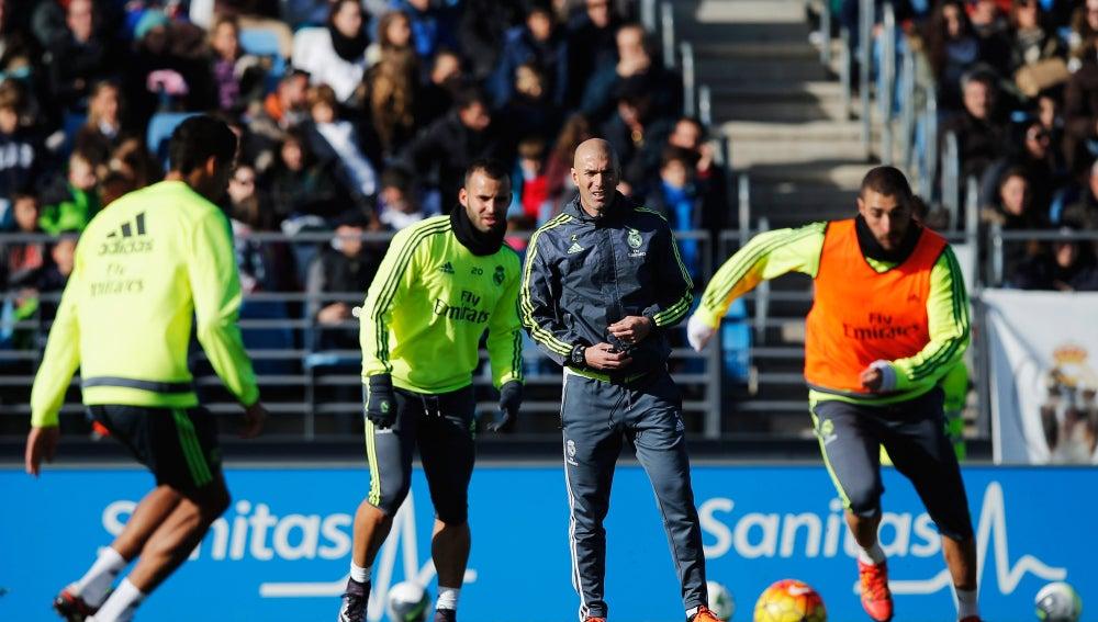 Zidane dirige su primer entrenamiento en Valdebebas ante 6.000 ... e0d80bf594bc4