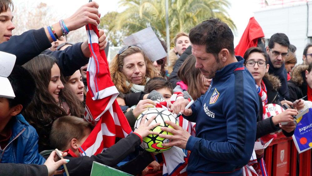 Simeone atiende a los aficionados tras el entrenamiento