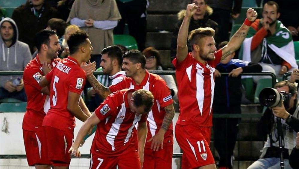 Los jugadores del Sevilla celebran un gol ante el Betis