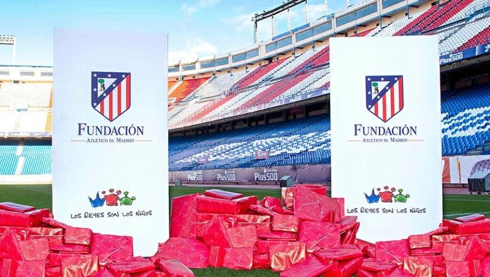 Regalos sobre el césped del Vicente Calderón