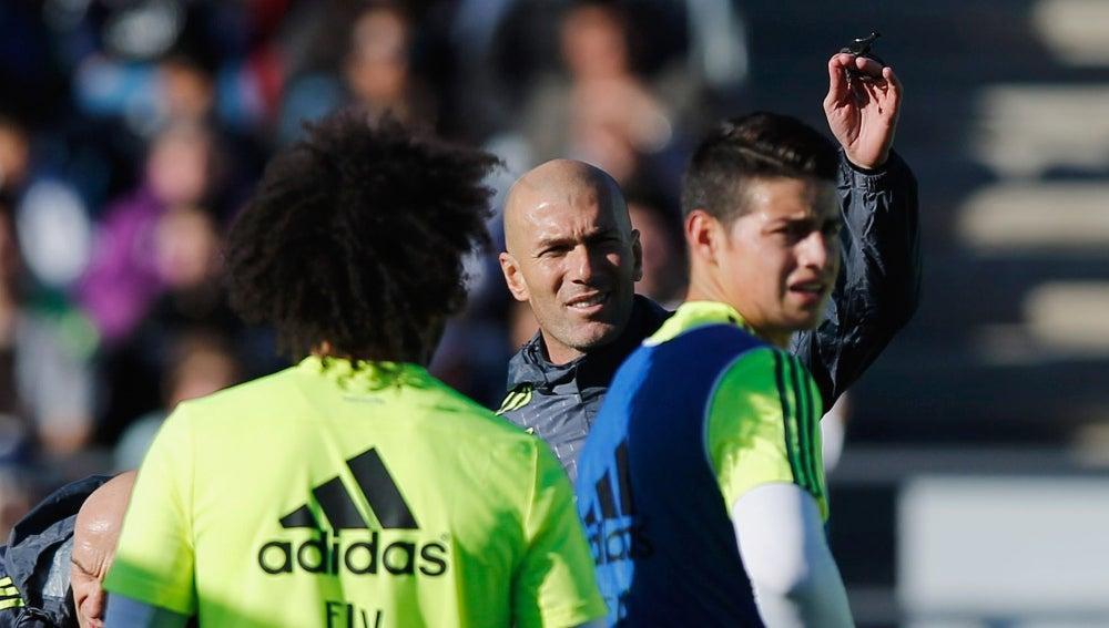 Zidane, junto a James y Marcelo en el entrenamiento