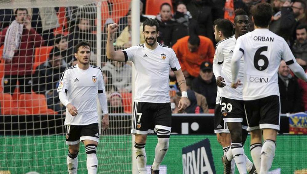 Negredo celebra uno de sus goles ante el Granada