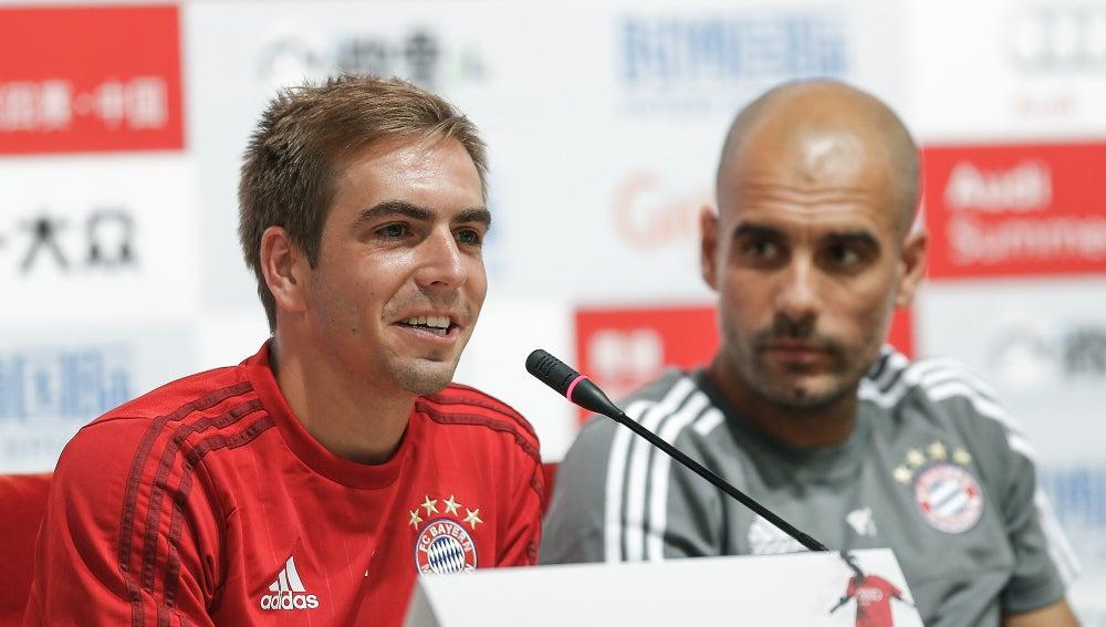 Lahm, en rueda de prensa bajo la atenta mirada de Guardiola