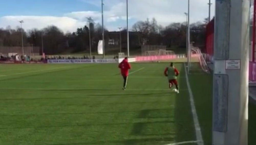 Douglas Costa en un entrenamiento