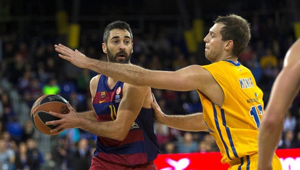 Navarro intenta pasar el balón ante la defensa del Khimki