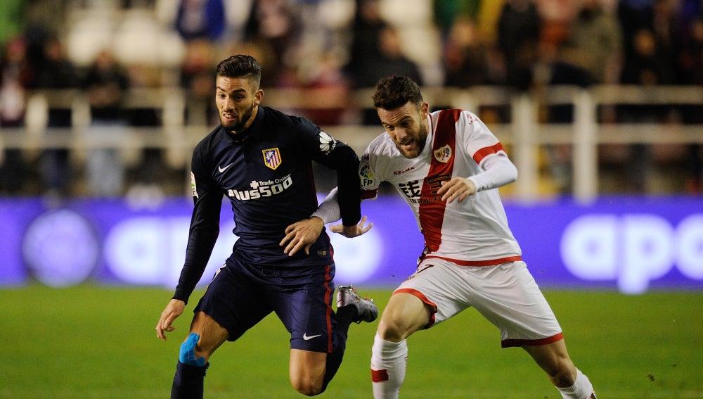 Carrasco y Quini pelean el balón durante el partido de Vallecas