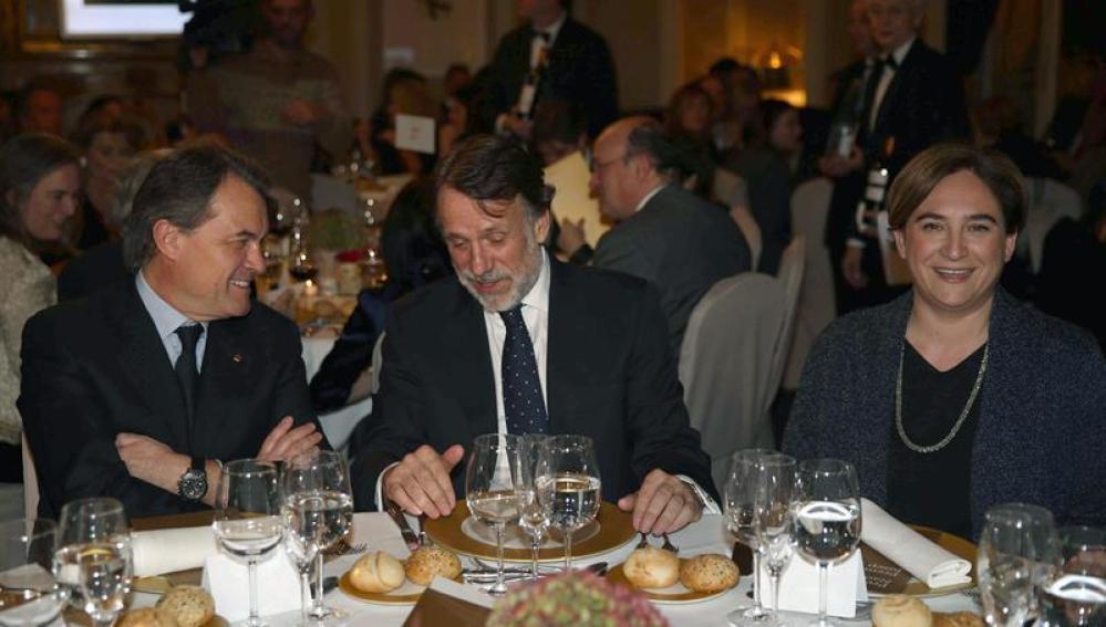 El presidente en funciones de la Generalitat, Artur Mas (i), el presidente del grupo Planeta, José Creuheras (c) y la alcaldesa de Barcelona, Ada Colau,
