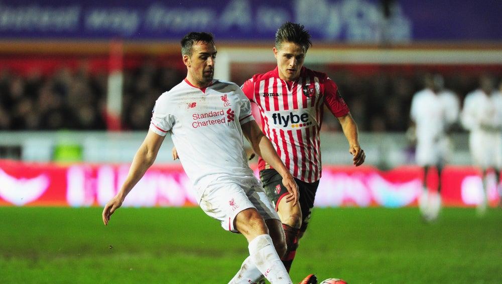 José Enrique retrasa el balón ante la presión del Exeter City