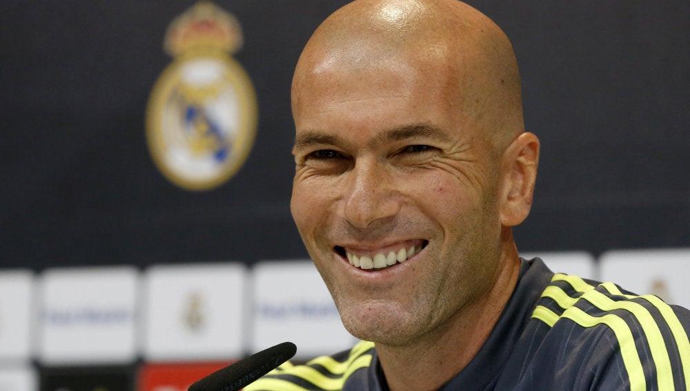 Zinedine Zidane, sonriente en rueda de prensa