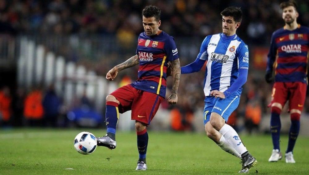 Dani Alves disputando un balón ante Gerard Moreno