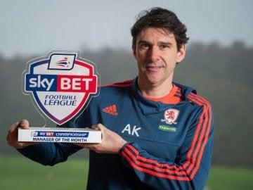 Karanka con el premio del mejor entrenador del mes de diciembre en la League Championship