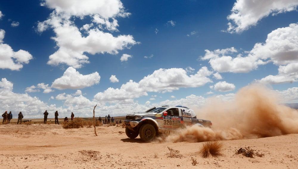 Un coche avanza en el Dakar 2016, ante la mirada de los espectadores