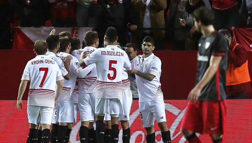 Los jugadores del Sevilla celebran un gol ante el Athletic