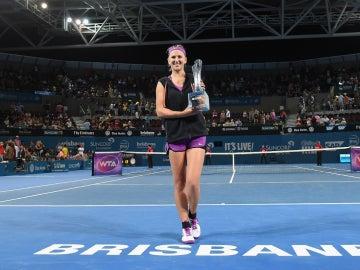 Azarenka, con el trofeo de Brisbane