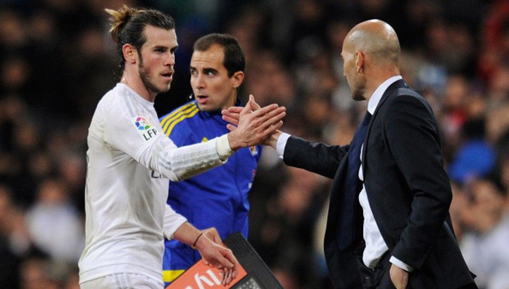 Bale y Zidane, en el estreno del técnico francés en el primer equipo del Real Madrid.