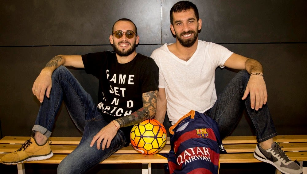 Arda Turan (d) y Aleix Vidal (izq) posan con la camiseta del Barcelona
