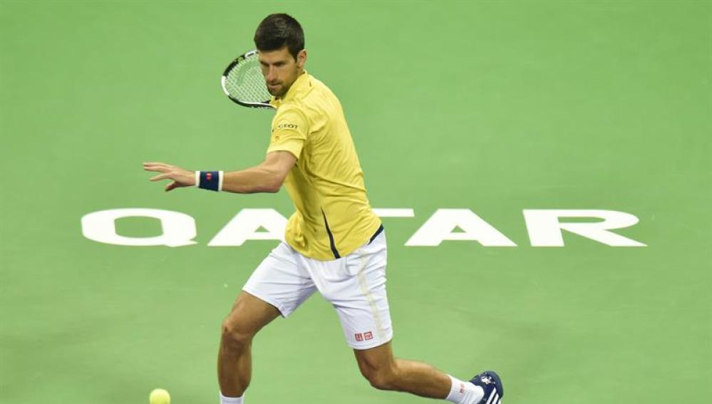 Djokovic devuelve una bola ante Rafa Nadal, en la final de Doha