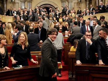El candidato de Junts pel Sí a la Presidencia de la Generalitat, Carles Puigdemont, a su llegada al pleno del Parlament