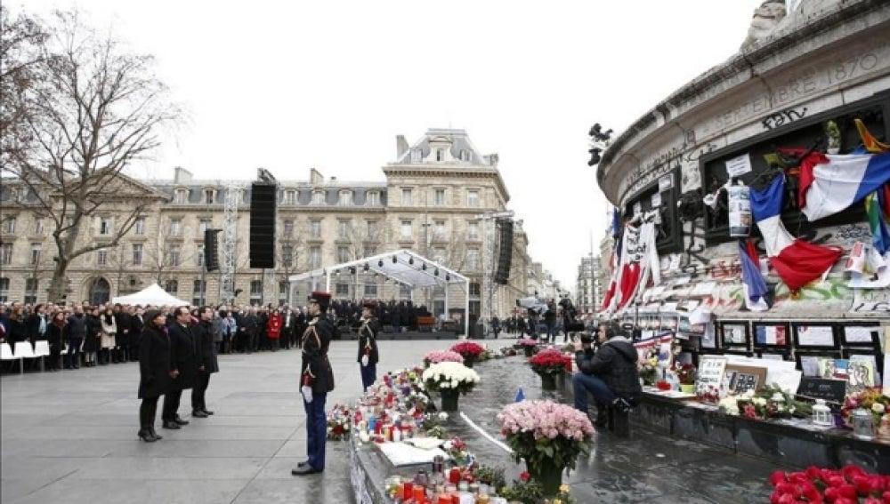 Las autoridades francesas rinden un sobrio homenaje a las víctimas del terrorismo en París