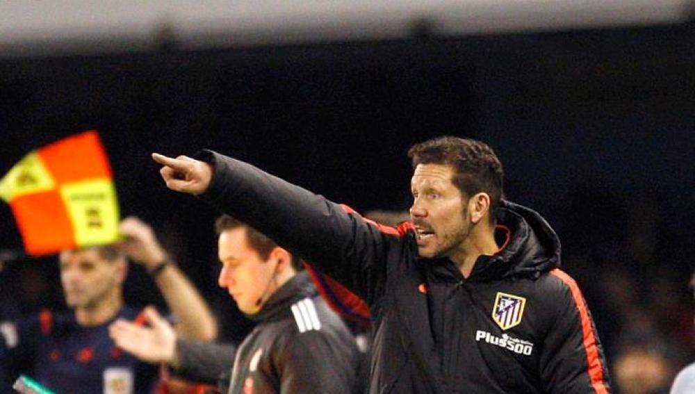 Simeone, dirigiendo al Atlético frente al Celta