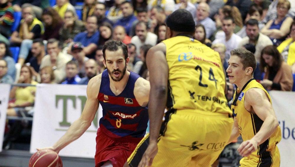 Pau RIbas encara a dos jugadores del Iberostar