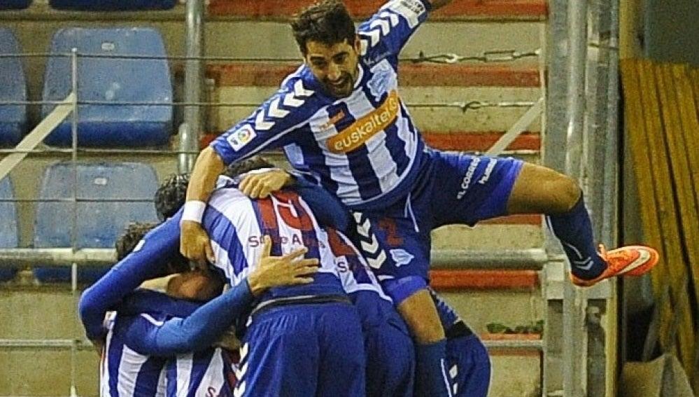 Los jugadores del Alavés celebran el gol frente al Numancia