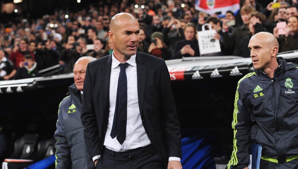 Zinedine Zidane en el banquillo del Real Madrid, en el partido frente al Deportivo de la Coruña