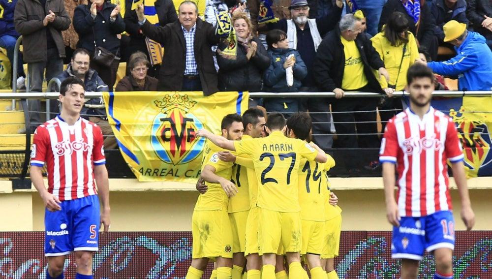 Los jugadores del Villarreal celebran un gol ante el Sporting