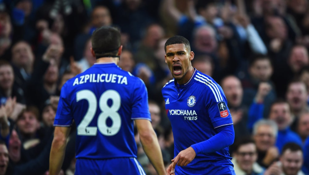 César Azpilicueta celebra un gol junto a Loftus-Cheek
