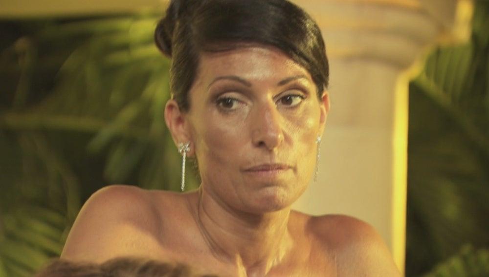 Mónica, decepcionada y celosa de su marido