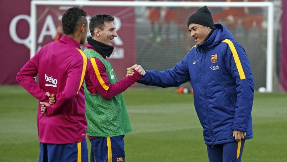 Luis Enrique les desea suerte a sus jugadores, Messi y Neymar, antes de la gala al Balón de Oro