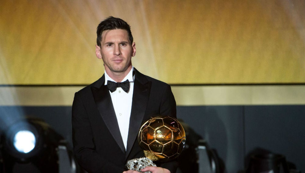 Leo Messi sostiene su quinto Balón de Oro