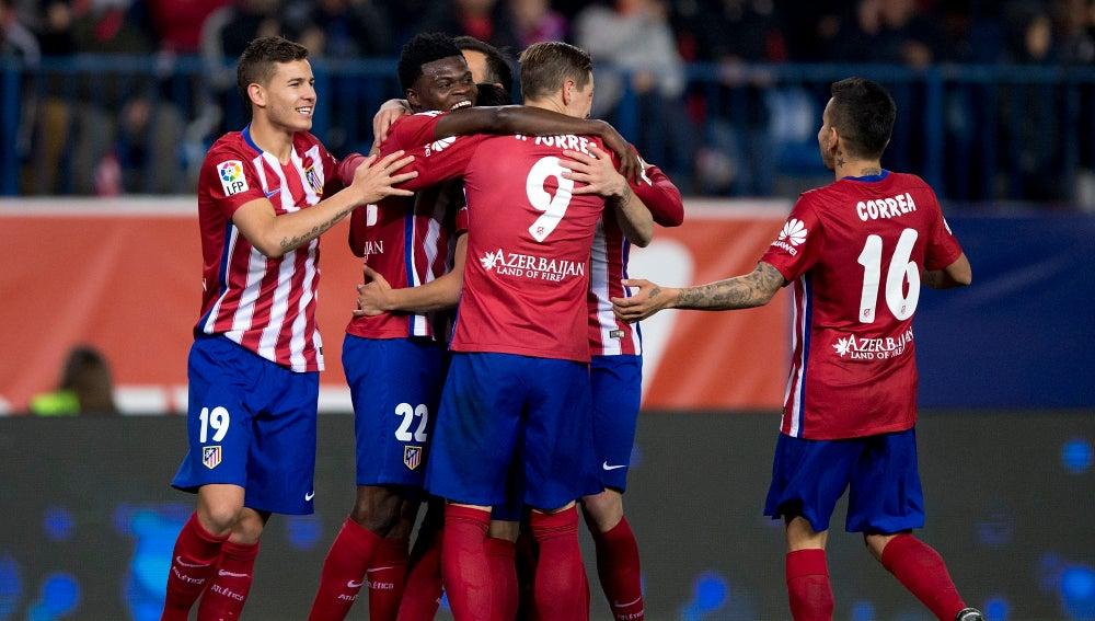 La piña colchonera celebrando el gol ante el Rayo Vallecano