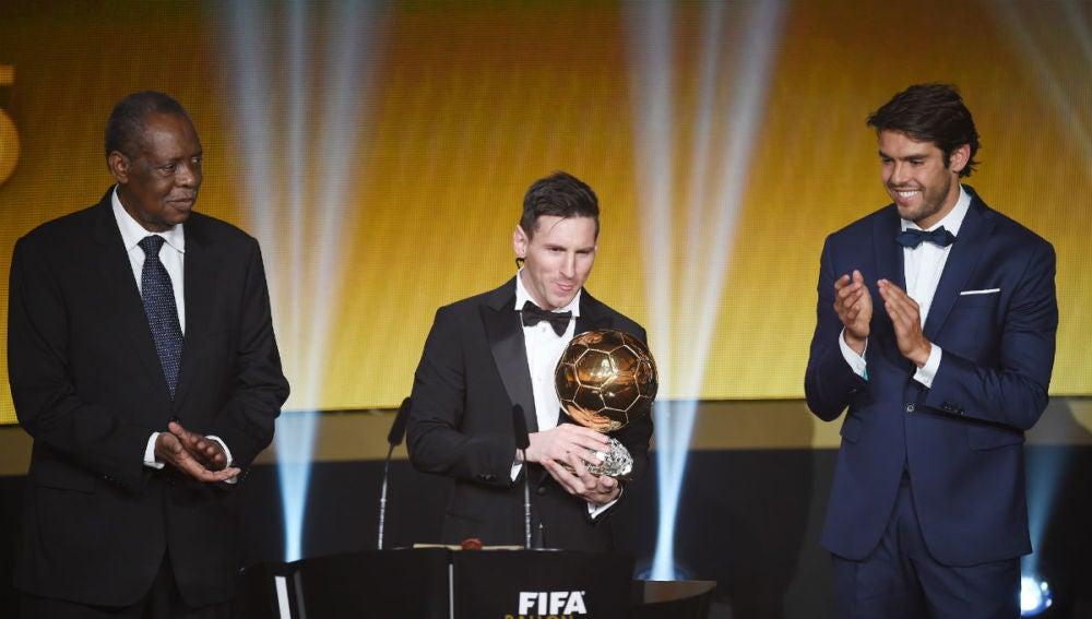 Leo Messi recibe el Balón de Oro de manos de Kaká