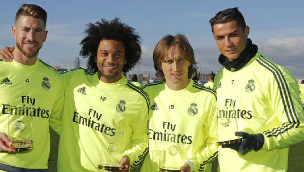 Los jugadores del Madrid posan con sus trofeos por el once ideal de la FIFA