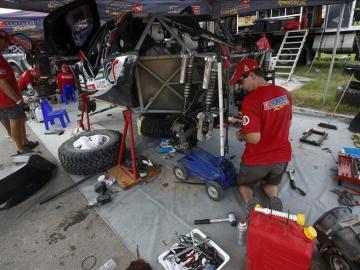 Un grupo de mecánicos fue registrado este domingo al trabajar en un automóvil de competición, durante la jornada de descanso del rally Dakar 2016