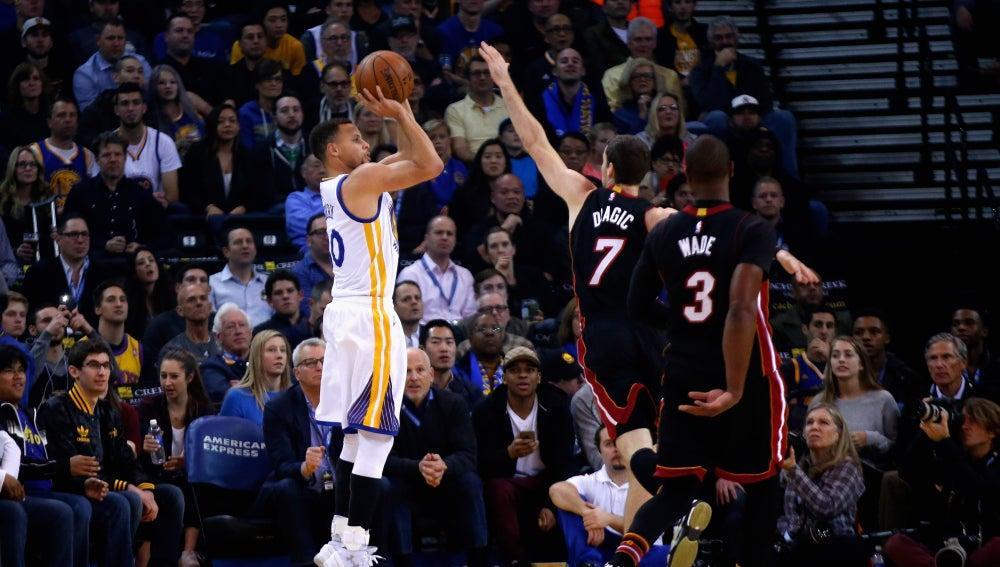 Stephen Curry tira a canasta ante la defensa de Goran Dragic