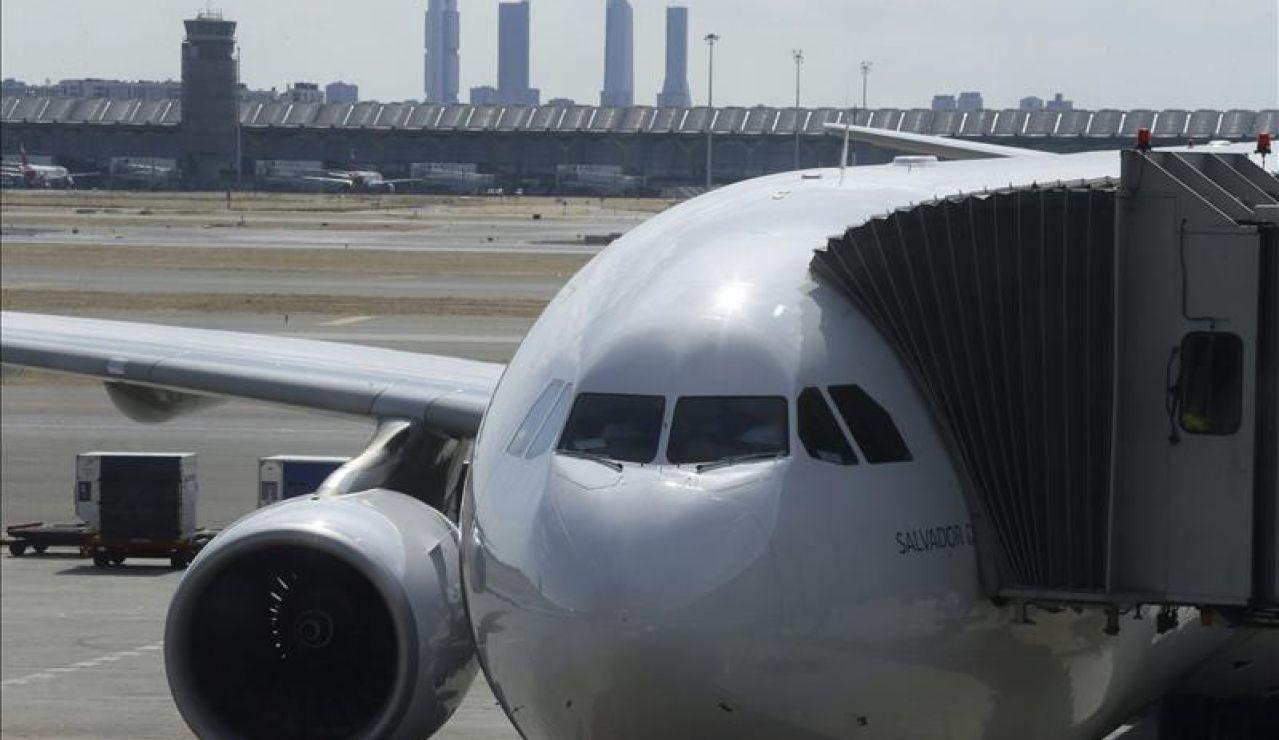 Un avión a punto de despegar en el aeropuerto de Barajas