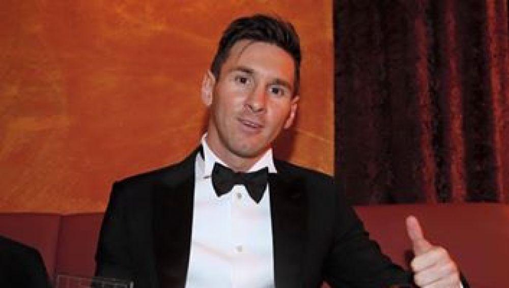 Leo Messi posa con su quinto Balón de Oro y con el trofeo del Mejor Onde de la FIFA 2015